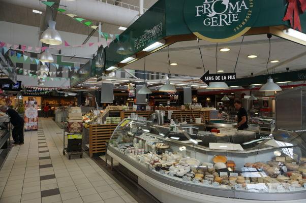 Obchodíky na tržnici Les Halles v Amiens - máte chuť na čerstvý francúzsky syr?