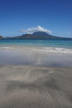 Pláž na Cockleshell Bay a ostrov Nevis