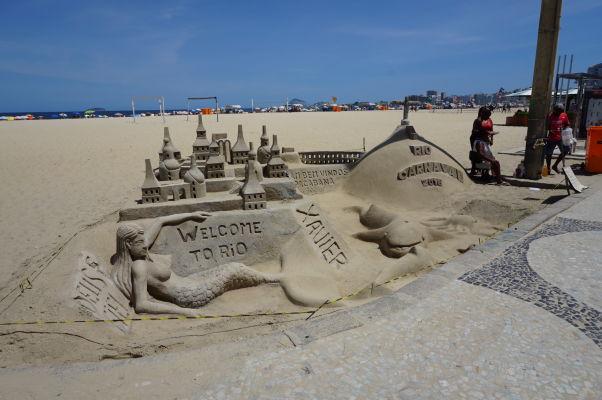 Piesočné sochy na pláži Copacabana v Riu de Janeiro