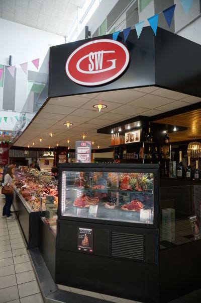 Alebo si radšej kúpite mäso a pripravíte si ho doma? - obchodíky na tržnici Les Halles v Amiens