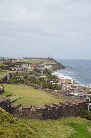 Pohľad z pevnosti San Cristóbal na pevnosť El Morro
