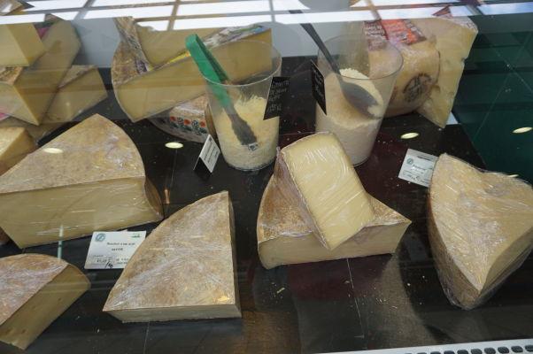 Fracnúzske syry v obchodíkoch na tržnici Les Halles v Amiens