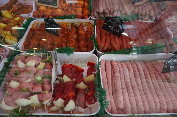 Mäsové výrobky v obchodíkoch na tržnici Les Halles v Amiens