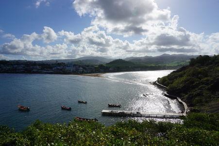 Výhľad z ostrovčeka Îlet Sainte-Marie na pobrežie Martiniku a mestečko Sainte-Marie