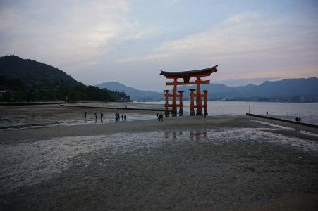 Plávajúca brána torii pri odlive a západe Slnka