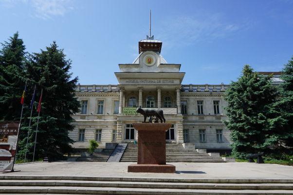 Národné múzeum histórie Moldavska a pred ním Kapitolská vlčica