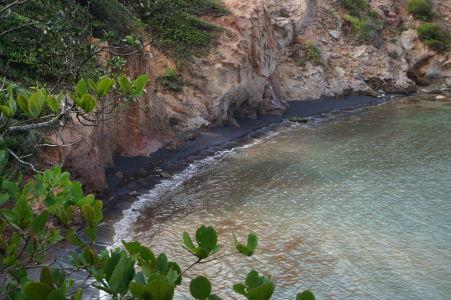 Pláž s čiernym pieskom na Dominike