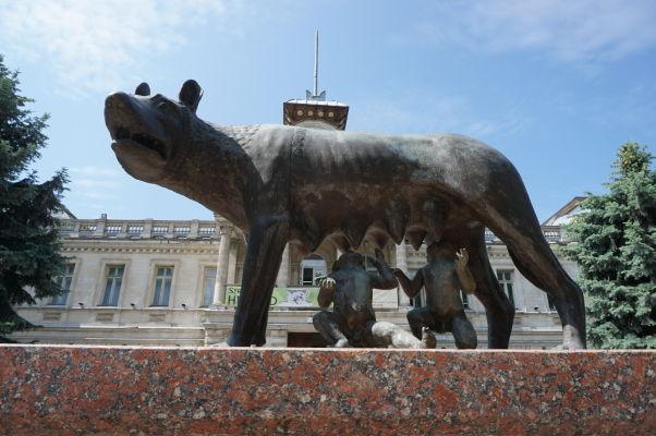 Kapitolská vlčica pred Národným múzeom histórie Moldavska