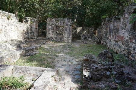Ruiny cukrovaru v Škoricovom zálive