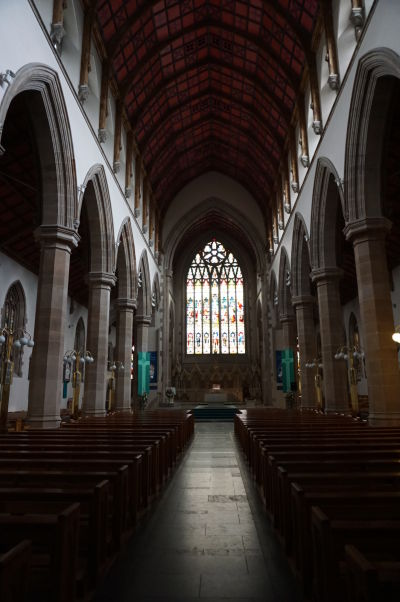 Katedrála sv. Eugena v severoírskom Londonderry - hlavná loď, vzadu hlavný oltár
