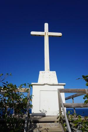 Kríž na vrchole ostrovčeka Îlet Sainte-Marie