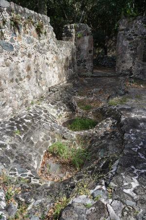 Ruiny cukrovaru v Škoricovom zálive - ešte stále vidieť otvory na nádrže na melasu