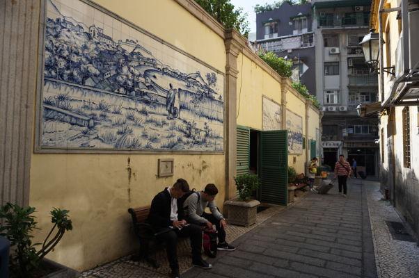 """Typické portugalské dlaždice """"azulejos"""" na múroch neďaleko katedrály v Macau"""