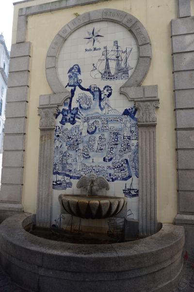 "Typické portugalské dlaždice ""azulejos"" na fontánke neďaleko katedrály v Macau"