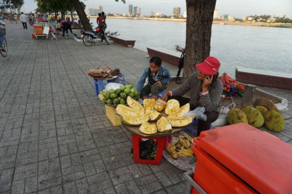 Predajca čerstvého chlebovníku na nábrežnej promenáde pri sútoku Tonlé Sap a Mekongu v Phnom Penhu