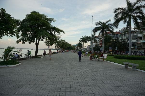 Nábrežná promenáda pri sútoku Tonlé Sap a Mekongu v Phnom Penhu