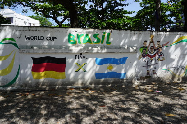 Spomienka na finálový zápas MS 2014 Nemecko - Argentína pri pláži Copacabana v Riu de Janeiro - je jasné, komu fandili Brazílčania