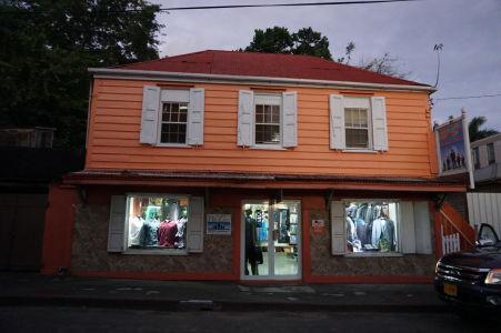 Typická stavba s obchodíkom v St. John's