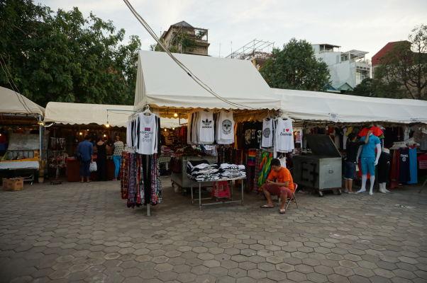 Nočný trh (Night Market) v Phnom Penhu - nakúpite tu suveníry i oblečenie