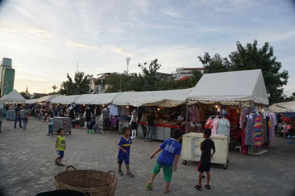 Nočný trh (Night Market) v Phnom Penhu - nakúpite tu suveníry i oblečenie a chodia si sem zahrať futbal miestne deti