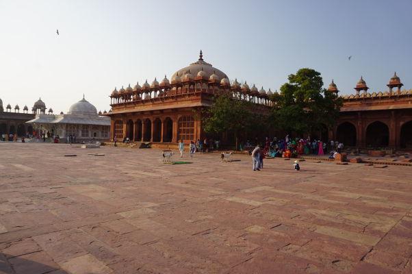Piatková mešita (Jama Masjid) vo Fatehpur Sikri - uprostred veľká hrobka Islama Chána, vľavo mramorová hrobka Salima Čištiho