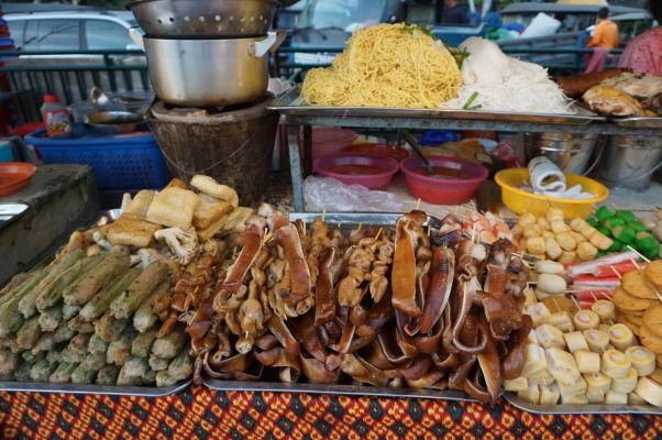 Nočný trh (Night Market) v Phnom Penhu - o hlade tu rozhodne nezostanete, hlavným lákadlom je časť s jedlom