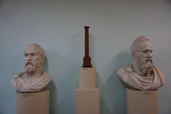 Národné múzeum histórie Moldavska - vľavo busta dáckeho kráľa Decebala, ktorý bojoval proti rímskemu cisárovi Trajánovi (uprostred Trajánov stĺp z Ríma)