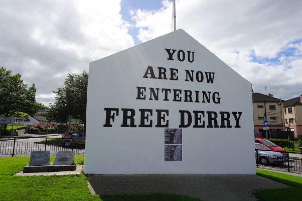 Nástenné maľby v štvrti Bogside v severoírskom Londonderry (Derry) - Táto je najznámejšia a pripomína niekdajšiu niekoľkodňovú autonómiu