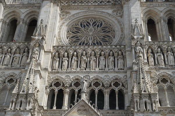 Detail hlavnej fasády Katedrály Matky Božej v Amiens so sochami 22 kráľov