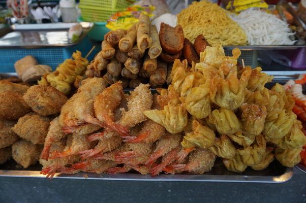 Nočný trh (Night Market) v Phnom Penhu - hlavným lákadlom je časť s jedlom