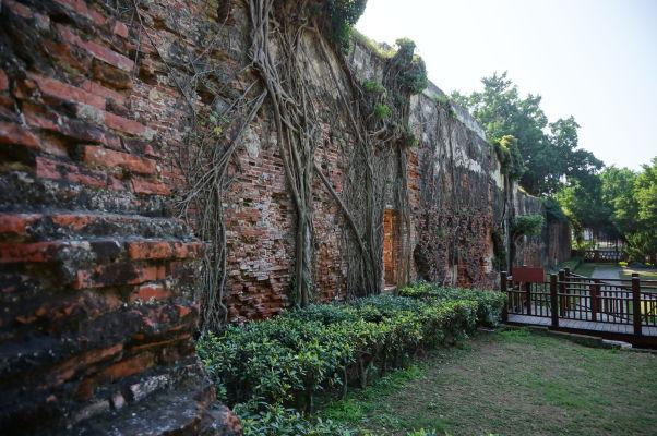 Pevnosť Fort Zeelandia v Tchaj-nane - múry pôvodnej pevnosti obrastené koreňami stromov