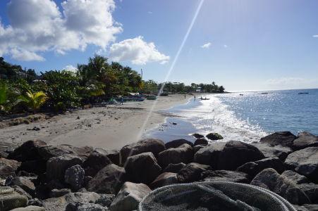 Pláž s čiernym pieskom v Gouyave