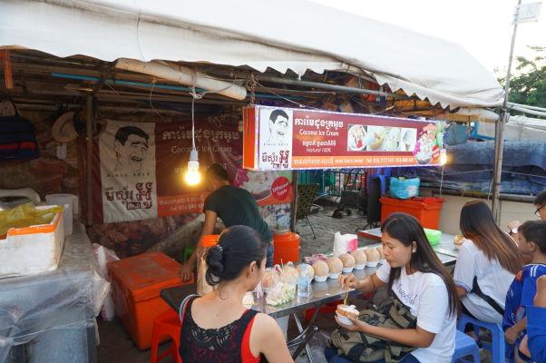 Nočný trh (Night Market) v Phnom Penhu - hlavným lákadlom je časť s jedlom - máte chuť na kokosovú zmrzlinu priamo z kokosového orecha?