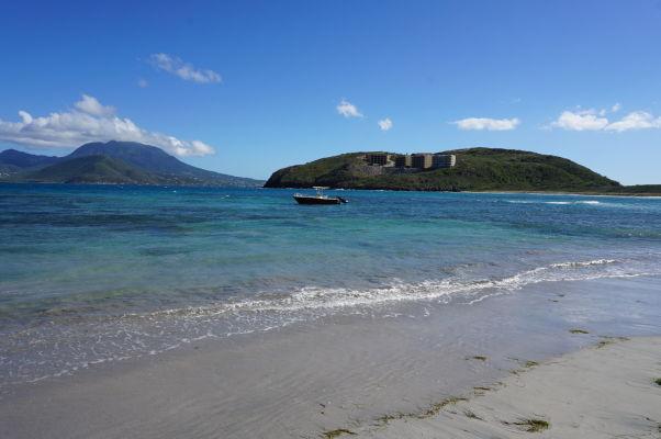 Pláž Turtle Beach na ostrove Svätý Krištof, v pozadí ostrov Nevis