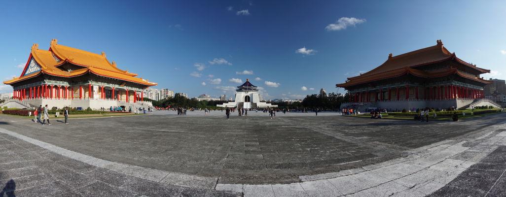 Park Čankajškovho memoriálu v Tchaj-peji - vľavo Národná koncertná sieň, vpravo Národné divadlo a uprostred Čankajškov pamätník