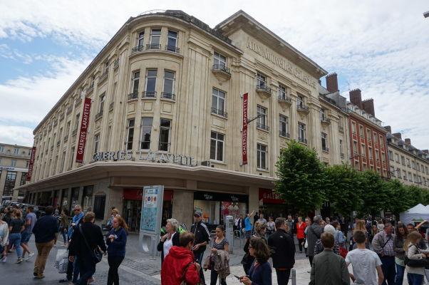 Nákupné obchodné centrum Galeries Lafayette na pešej ulici Rue des Trois Cailloux v Amiens