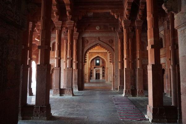 Kolonáda na okraji Piatkovej mešity (Jama Masjid) vo Fatehpur Sikri