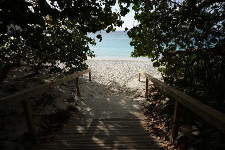 Vstup na pláž Trunk Bay - najobľúbenejšiu na celom ostrove Saint John