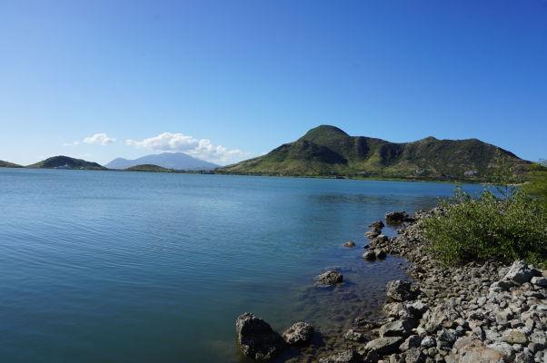 Pohľad na Great Salt Pond (Veľké slané jazero) na ostrove Svätý Krištof