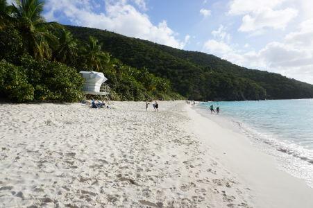 Pláž v zálive Trunk Bay a plavčícke stanovisko