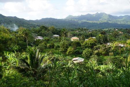 Prejazd horami stredom Grenady - Výhľad na dedinku v horách