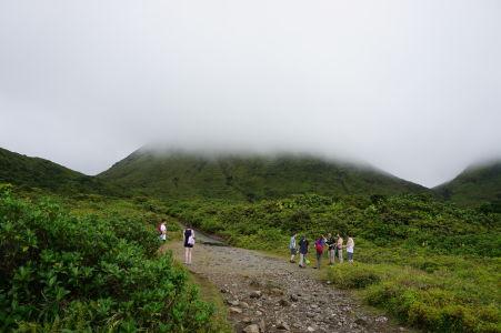 Už pred začiatkom výstupu je vidieť, že sopka je v oblakoch