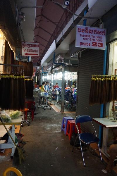 Starý trh (Old Market) v Phnom Penhu - nachádza sa tu hneď niekoľko kaderníckych salónov (to hnedé sú pramene vlasov na predaj)