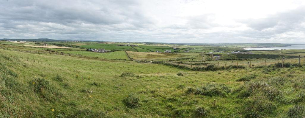Pohľad na okolie útesov neďaleko Obrovho chodníka v Severnom Írsku
