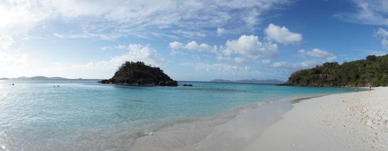 Záliv Trunk Bay a skalisko Trunk Cay obkolesene koralovým útesom