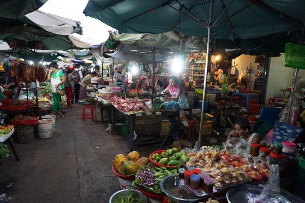 Starý trh (Old Market) v Phnom Penhu - stánky okupujú i okolité uličky
