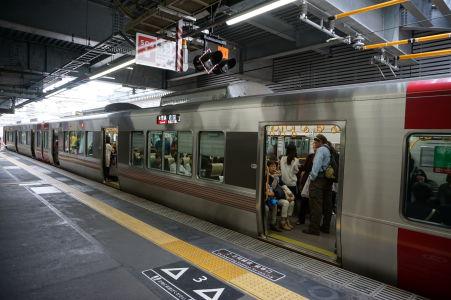 Vlak Red Wing (Japan Rail) premávajúci medzi Hirošimou a Mijadžimaguči