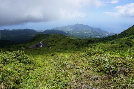 Výhľad spod oblakov na pobrežie Basse-Terre