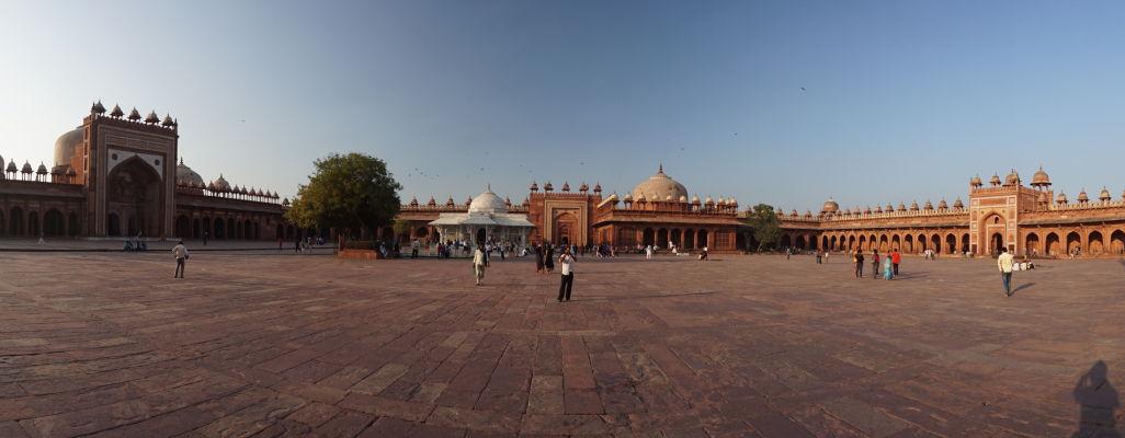 Piatková mešita (Jama Masjid) vo Fatehpur Sikri - vľavo samotná mešita, v strede hrobky, vpravo Kráľova brána