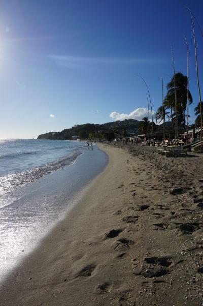 Pláž v zálive South Frigate Bay na ostrove Svätý Krištof